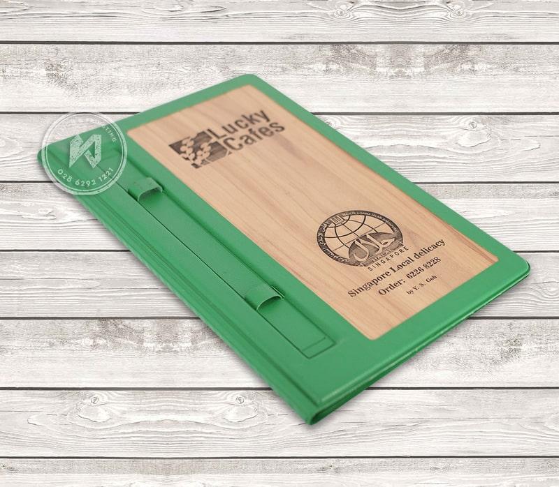 Bìa menu gỗ luckup cafes được làm từ da màu xanh bắt mắt