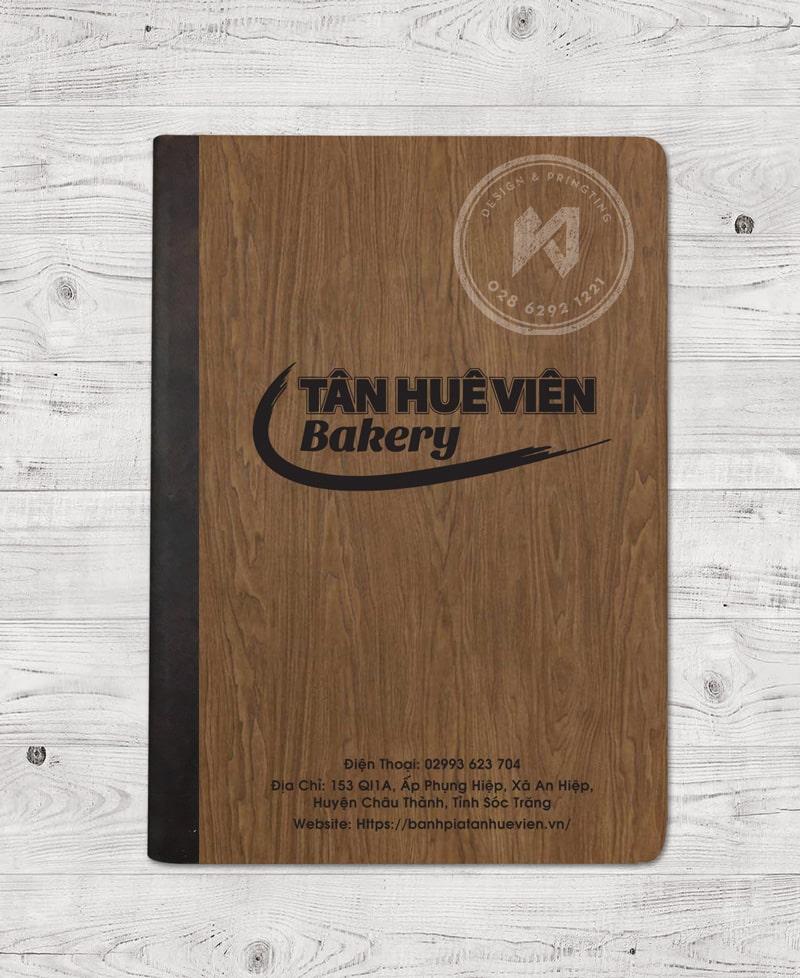 Vân gỗ đặc biệt giúp tôn cuốn menu lên tầm mới