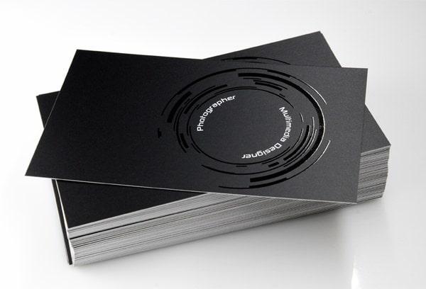 Name card in màu đen và phủ uv phần logo