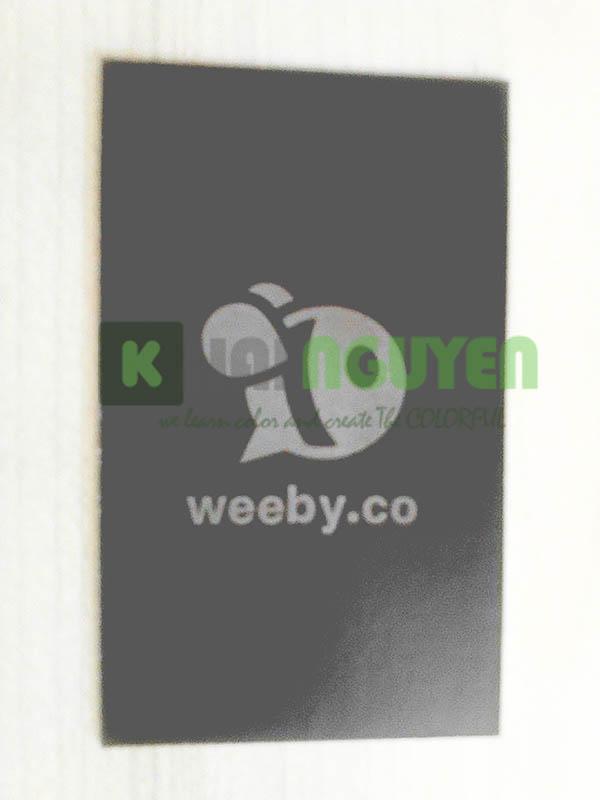 Phần mặt sau phủ UV của name card weeby.co