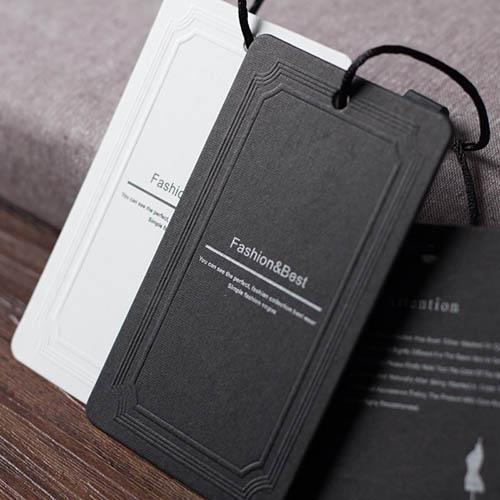 In thẻ treo nhũ bạc kết hợp với dập nổi trên giấy đen