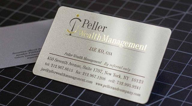 Mẫu thẻ nhũ ánh kim màu bạc kết hợp với ép kim