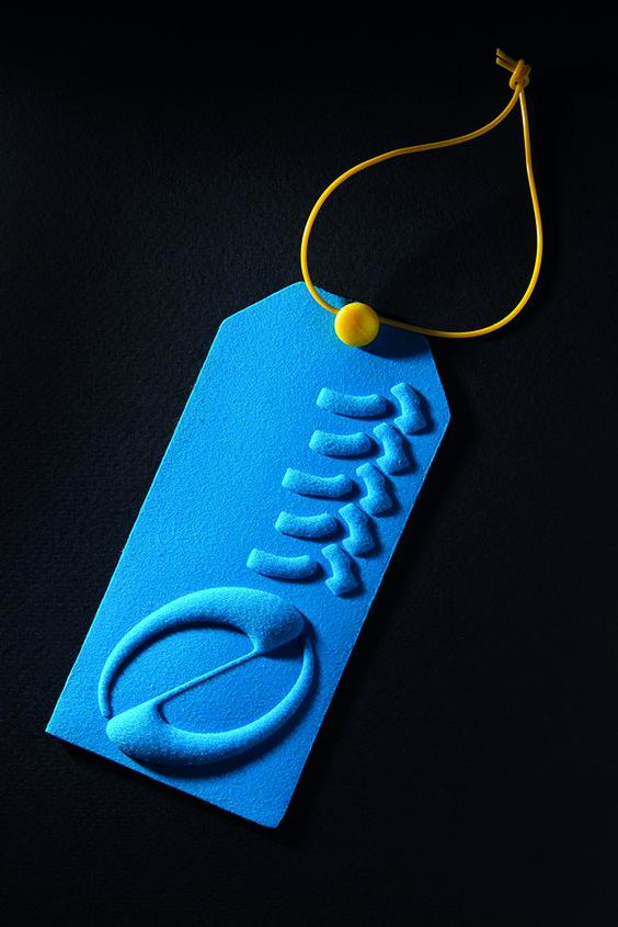 Thiết kế in tag treo quần áo ấn tượng theo trường phái trừu tượng