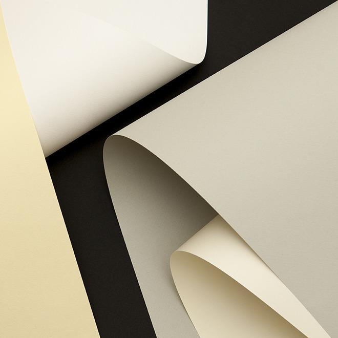 Bề mặt giấy có vân phớt nhẹ tạo cảm giác mềm mại, mịn màng khi cầm