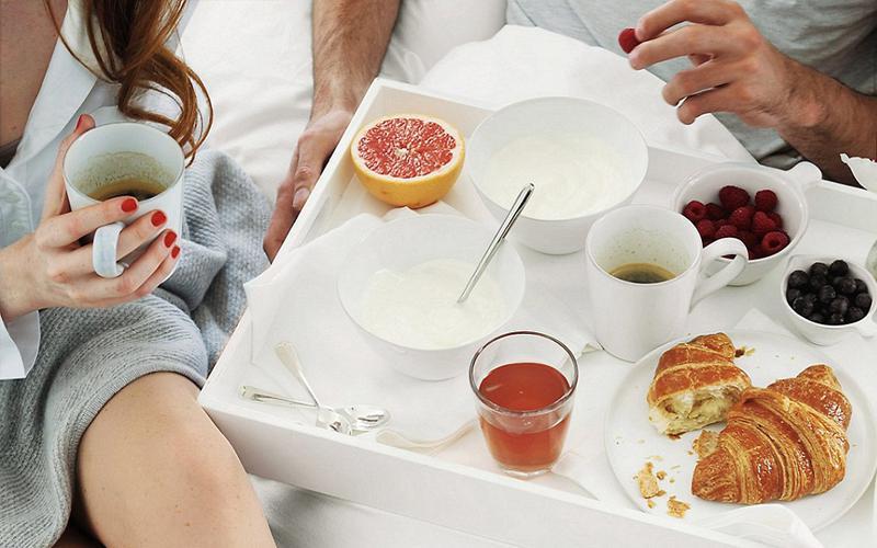 Bữa sáng ngon lành nằm gọn gàng trên mẫu in tờ rơi đẹp cho tiệm bánh mỳ