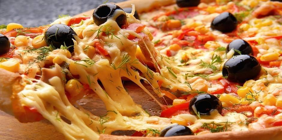 Hình ảnh ngon mắt trên mẫu in voucher đẹp cho tiệm Pizza