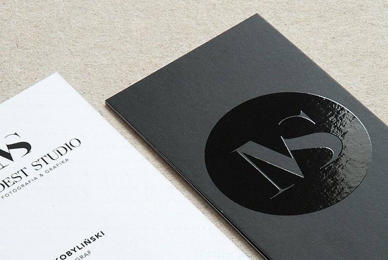 Card visit UV trên nền giấy đen