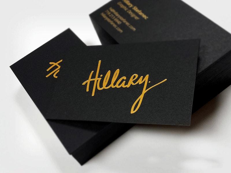 Card visit ép kim ấn tượng trên nền giấy đen
