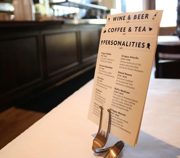 Sáng tạo hơn với kiểu menu để bàn bằng muỗng như thế này