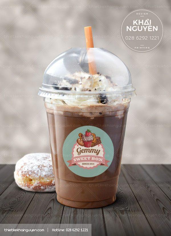 Logo dán ly cafe được in bằng nhựa đục