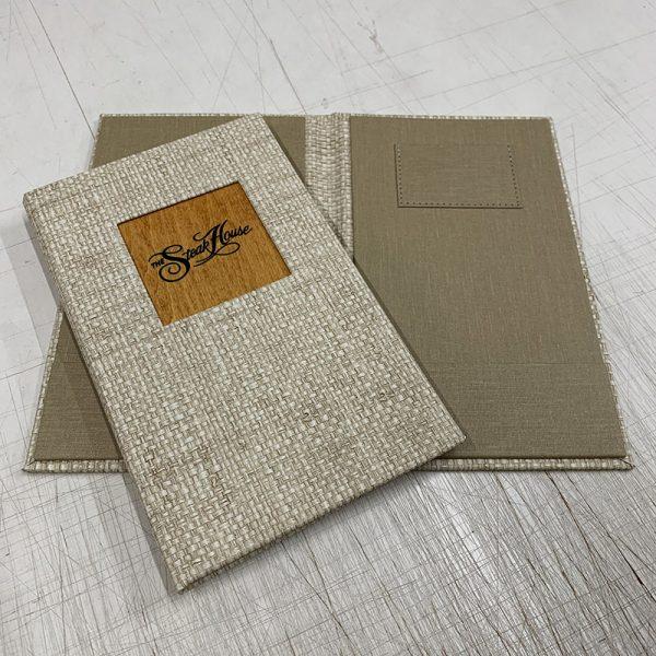 In bìa menu vải logo bằng gỗ